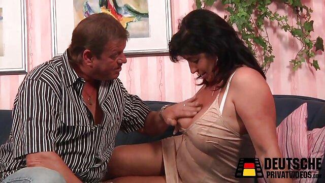 その雌犬のクリトリスを舐め、彼女の中にペニスを挿入する 女の子 の ため の h 無料 動画
