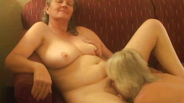 若い茶色の髪の女性は、ディルドで自分自身を撫でる えっち な 女の子 動画